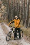 Stående av cyklisten i skog Royaltyfria Foton