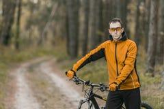 Stående av cyklisten i skog Arkivbild