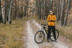Stående av cyklisten i skog Arkivfoto