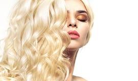 Stående av damen med lockig och buskig frisyr Fotografering för Bildbyråer