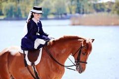 Stående av damen på en röd häst Royaltyfri Bild
