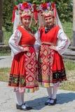 Stående av dansareflickor från Bulgarien i traditionell dräkt royaltyfri foto