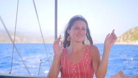 Stående av dansen för ung kvinna på fartyget lager videofilmer