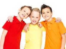 Stående av de lyckliga barnen som isoleras på vit Arkivbild