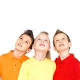 Stående av de lyckliga barnen som ser upp Royaltyfri Bild