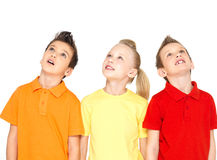 Stående av de lyckliga barnen som ser upp royaltyfria bilder