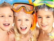 Stående av de lyckliga barnen som tycker om på stranden Royaltyfri Bild