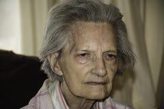 Stående av den äldre kvinnlign med demens royaltyfri bild