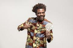 Stående av den afrikanska kongoaffärsmannen och att rymma många kassa och smi arkivfoton