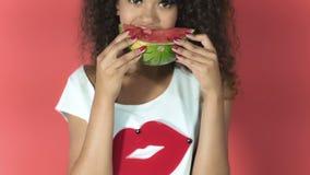 Stående av den afrikanska modellen Eating för mode en vattenmelon i studio arkivfilmer