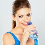 Stående av den aktiva kvinnan som dricker mineralvatten av flaskan Royaltyfria Foton