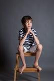 Stående av den allvarliga eftertänksamma ledsna tonåringen på stol Royaltyfri Fotografi