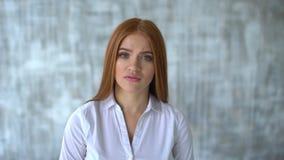 Stående av den allvarliga långhåriga kvinnan skaka huvudet, i INGEN förnekandebetydelse Begrepp av sinnesrörelser Ultrarapid Skak lager videofilmer