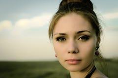 Stående av den allvarliga romantiska kvinnan för beautyl Fotografering för Bildbyråer