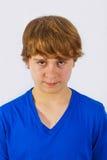 Stående av den allvarliga seende gulliga pojken fotografering för bildbyråer