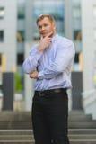 Stående av den allvarliga stiliga affärsmannen i den utomhus- blåa skjortan Royaltyfri Foto