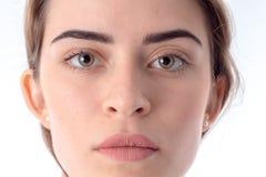 Stående av den allvarliga unga flickan utan makeupnärbild Royaltyfria Foton