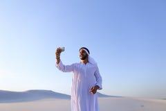 Stående av den arabiska shejkmannen med grejen som meddelar in Royaltyfria Bilder