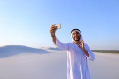 Stående av den arabiska shejkmannen med grejen som meddelar in Royaltyfri Foto