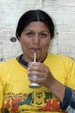 Stående av den argentinska kvinnan som dricker kompisen. Arkivbild