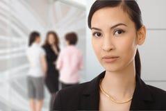 Stående av den asiatiska affärskvinnan på kontoret Arkivfoto
