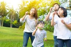 Stående av den asiatiska familjen arkivfoton