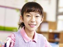 Stående av den asiatiska grundskolastudenten Arkivfoton
