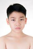 Stående av den asiatiska gulliga pojken som är ledsen och ser mycket besviken Royaltyfri Fotografi
