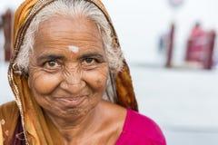 Stående av den asiatiska höga härliga kvinnan som ler den bärande traditionella indiska klänningsari royaltyfri foto