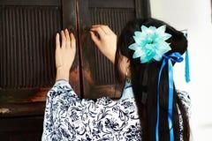 Stående av den asiatiska kinesiska flickan i den traditionella klänningen, blå och vit porslinstil Hanfu, öppet forntida skåp för Arkivfoto