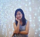 Stående av den asiatiska kvinnan med bokehblackground fotografering för bildbyråer
