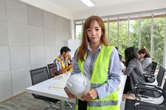 Stående av den asiatiska manliga leverantörteknikern i mötesrum på kontoret Elektrikersnickare eller tekniska operaters och royaltyfri fotografi