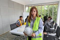 Stående av den asiatiska manliga leverantörteknikern i mötesrum på kontoret Elektrikersnickare eller tekniska operaters och royaltyfria bilder