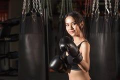 Stående av den asiatiska modellen för sportig passform av boxningidrottshallen Royaltyfri Bild
