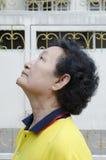 Stående av den asiatiska pensionären Arkivfoton