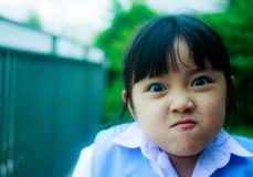 Stående av den asiatiska studenten med ryggsäcken utomhus, tillbaka till skolan Royaltyfria Bilder
