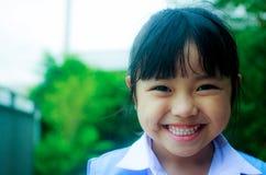 Stående av den asiatiska studenten med ryggsäcken utomhus, tillbaka till skolan Fotografering för Bildbyråer