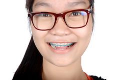 Stående av den asiatiska unga flickan med exponeringsglas och hänglsen Royaltyfri Fotografi