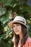 Stående av den asiatiska unga kvinnan i trädgård royaltyfria foton