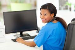 Afrikansk kvinnlig sjuksköterska Arkivfoton