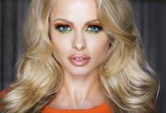 Stående av den attraktiva blonda kvinnan i makeup. Royaltyfri Foto