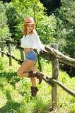 Stående av den attraktiva blondinen på ranchen Arkivfoto