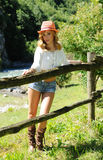 Stående av den attraktiva blondinen på ranchen Royaltyfri Foto