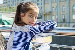 Stående av den attraktiva flickan av 10-11 gamla år Fotografering för Bildbyråer