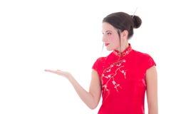 Stående av den attraktiva flickan i den röda japanska klänningen som isoleras på wh Royaltyfri Bild