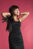 Stående av den attraktiva funderaren för tonårs- flicka som ser upp Royaltyfri Foto