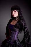 Stående av den attraktiva gotiska flickan i elegant medeltida dräkt Arkivfoto