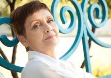 Stående av den attraktiva kvinnan med kort hår 50 år i PA Arkivbild