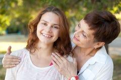 Stående av den attraktiva kvinnan med kort hår 50 år i PA Fotografering för Bildbyråer