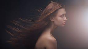 Stående av den attraktiva kvinnan med långt hår royaltyfri fotografi